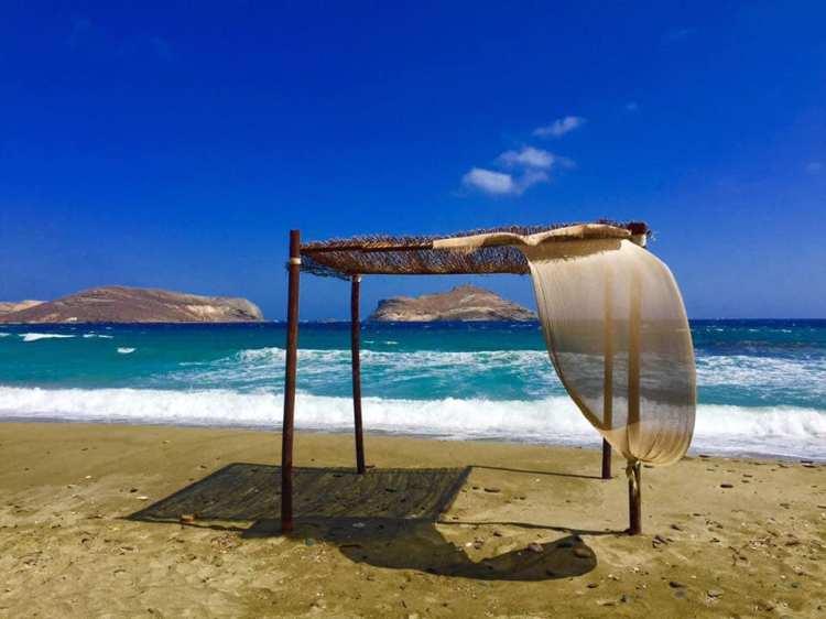 Gazebo su una spiaggia delle Cicladi