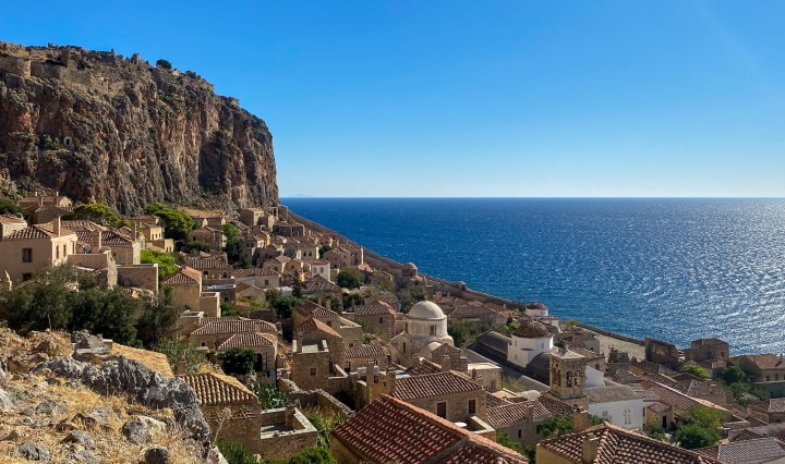 Monemvasia, unico accesso l'isola non isola del vino Malvasia