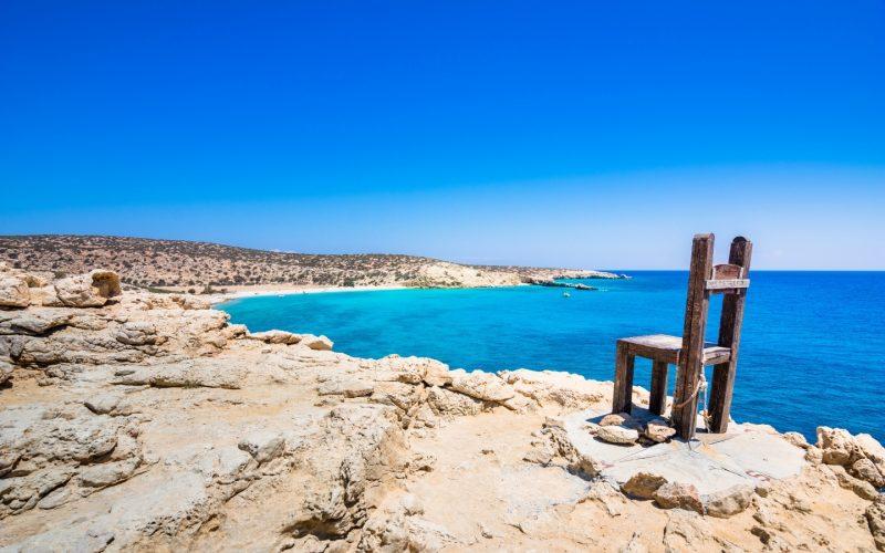La sedia gigante di Tripidi con sfondo l'orizzonte