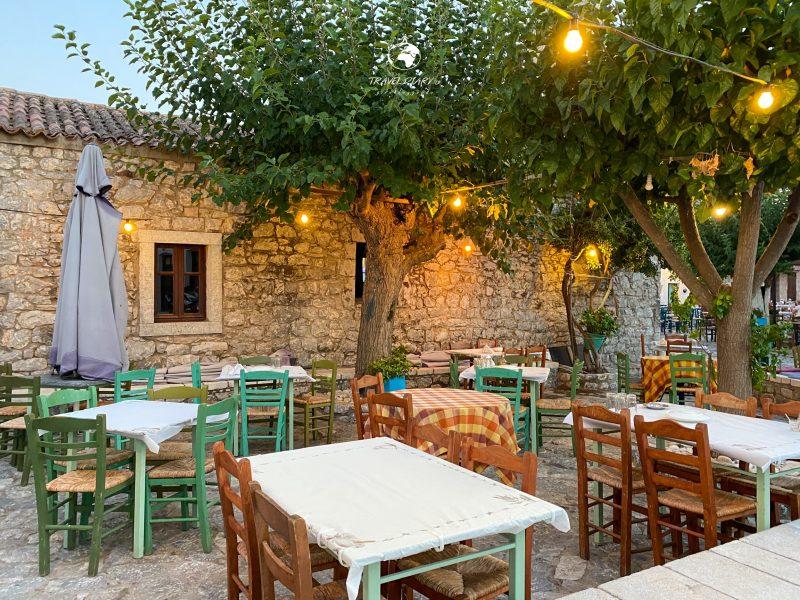 Tavolini di una taverna nel centro di Areopoli, Mani