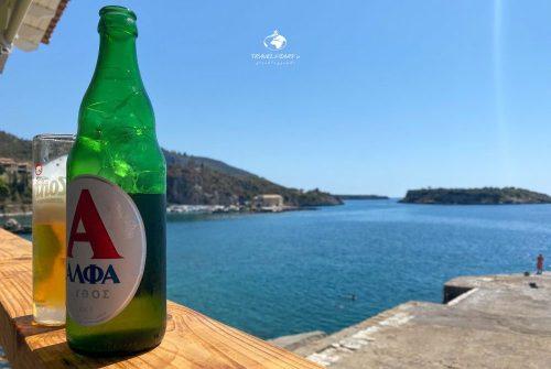 Una birra greca di fronte al molo di Harilaos