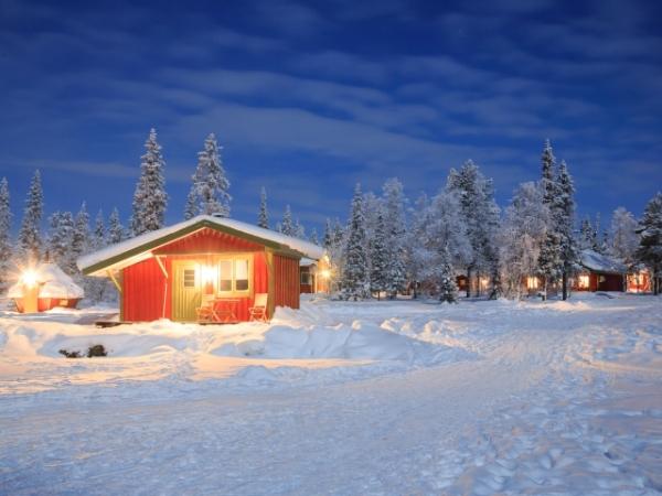 Casetta in Lapponia finlandese di sera
