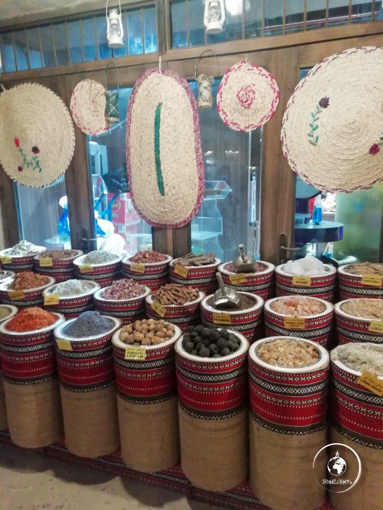 Bancarella di spezie in un mercato di Dubai
