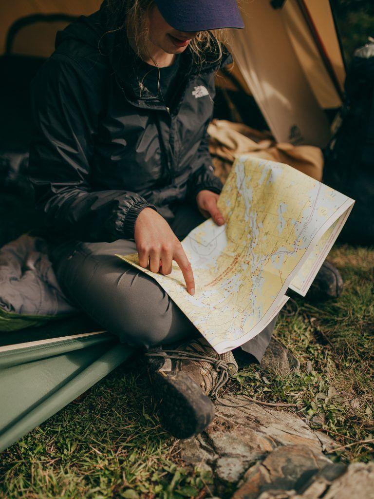 Una chica mirando un mapa