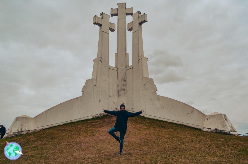 Vilna - Postura de yoga en las tres cruces r1