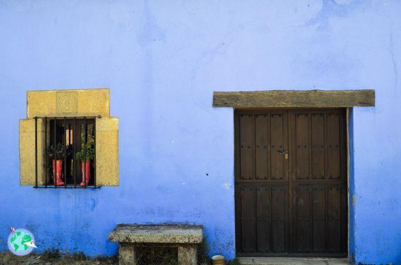 Fachada azul con puerta de madera