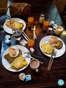 Desayuno buffet en el hostel