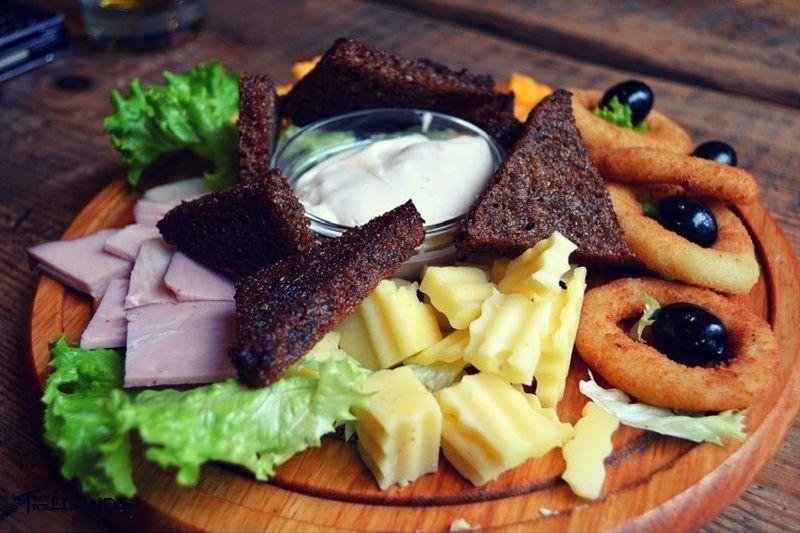 Plato de entrantes con el típico pan negro tostado