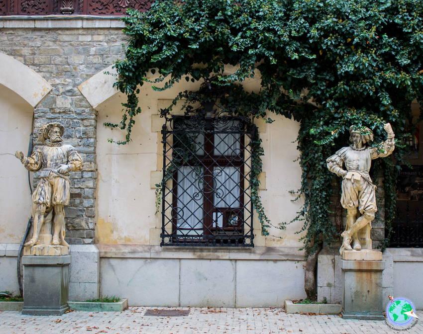 Detalle de la fachada con esculturas