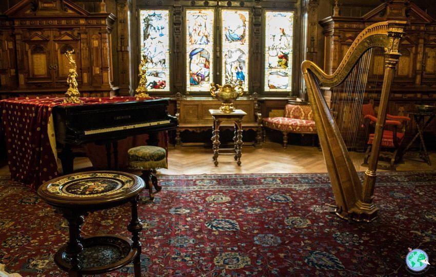 Sala de instrumentos con piano de cola y arpa