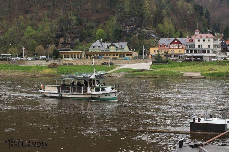 Río con barca en el parque nacional