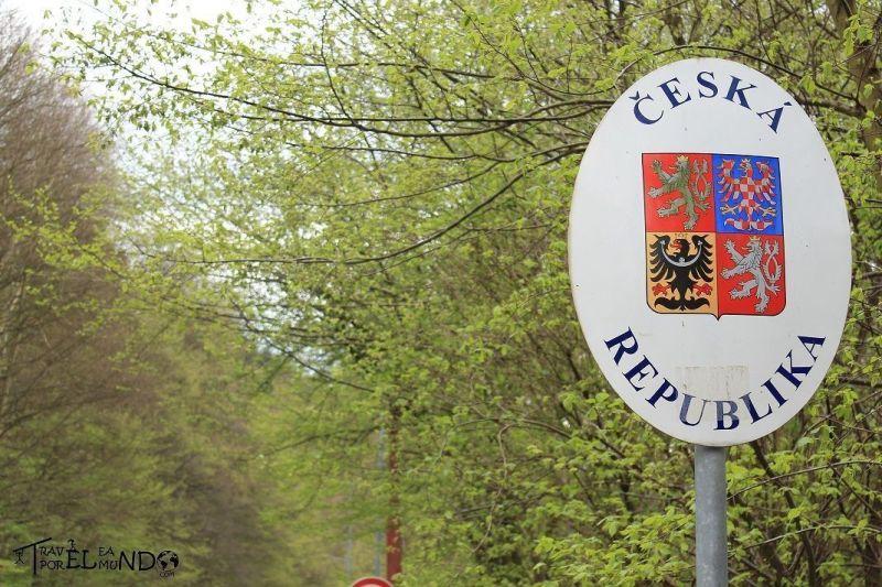 Placa de la república checa dentro del parque