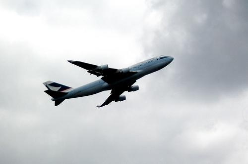 台風で飛行機が欠航になってしまう航空会社の条件について