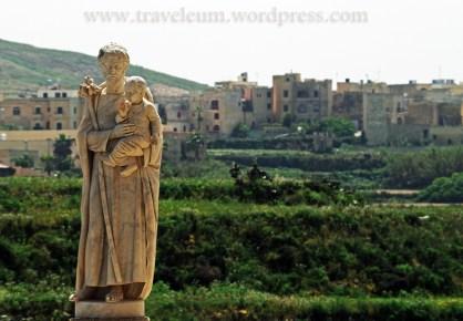Malta - rzeźba koło bazyliki Ta'Pinu na Gozo