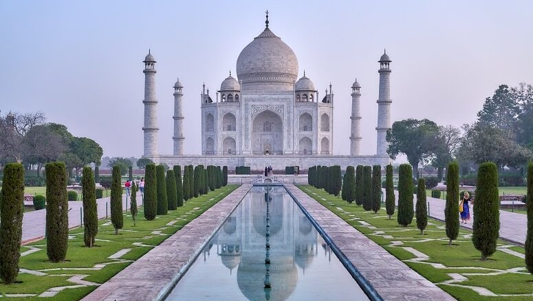 where is taj mahal located in india