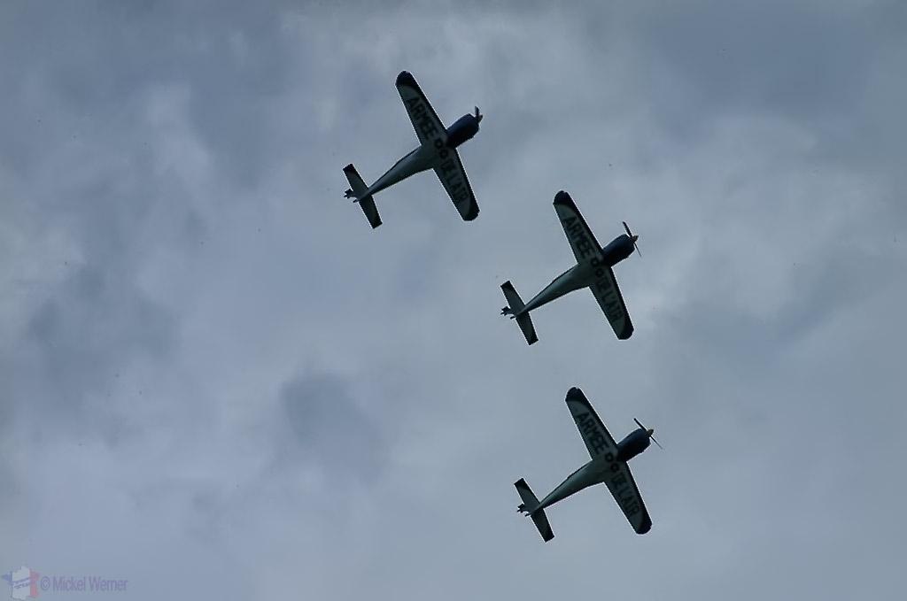 La Ferte Alais aeronautical show, airplane patrol