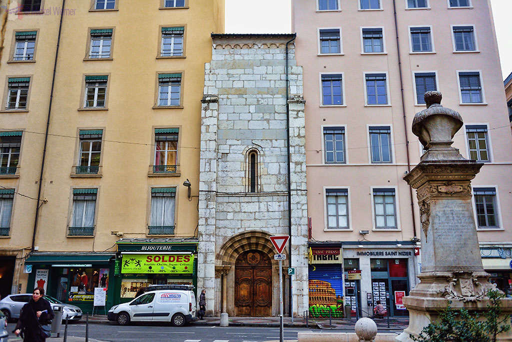 Mysterious squeezed building in Lyon