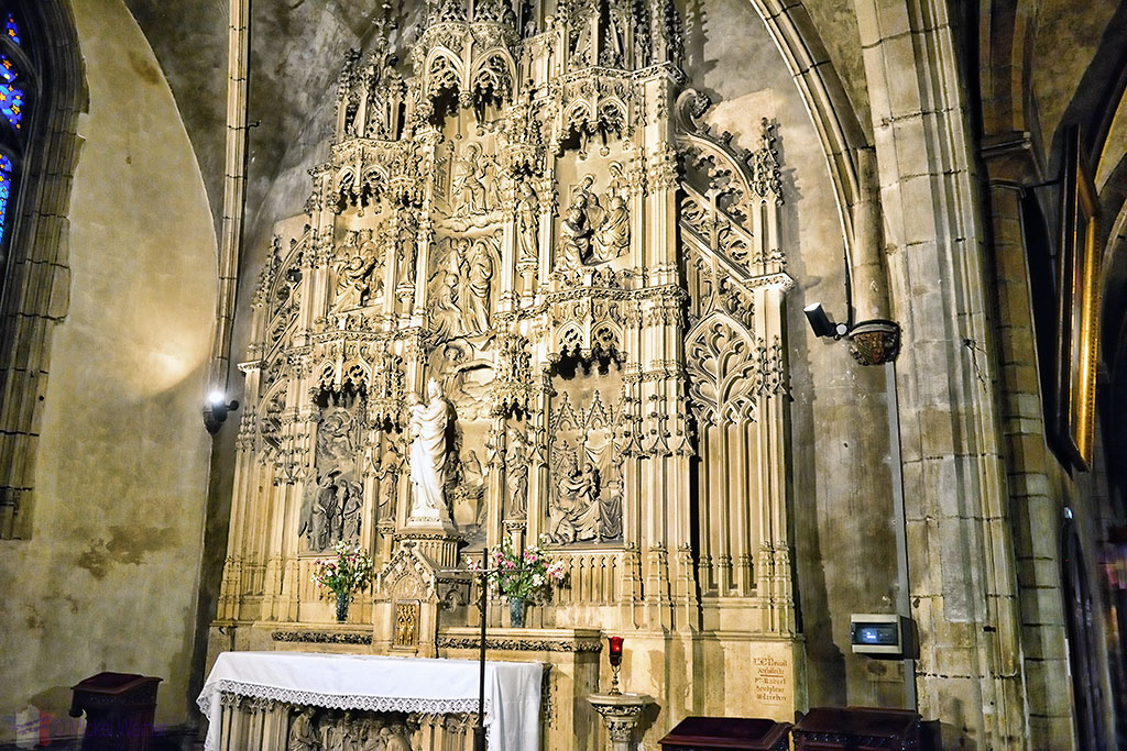 Chapel inside the nave of the Eglise (church) Saint-Bonaventure de Lyon