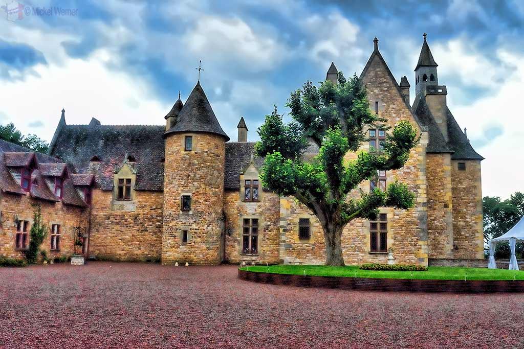 Vallon-en-Sully Castle – Chateau de Peufeilhoux