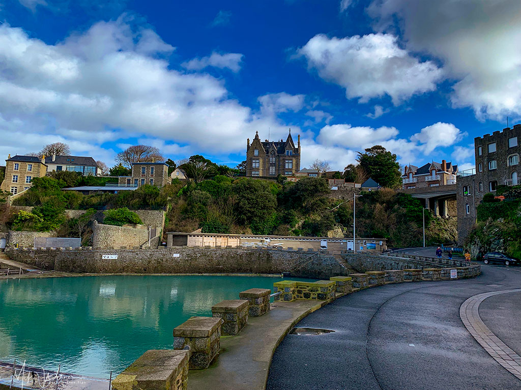 The swimming pool is located on the beach next to a road in Dinard