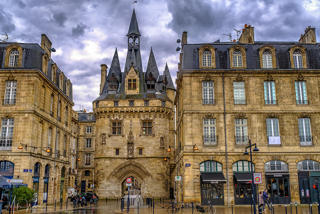 Gate (Porte) Cailhau close to the river in Bordeaux