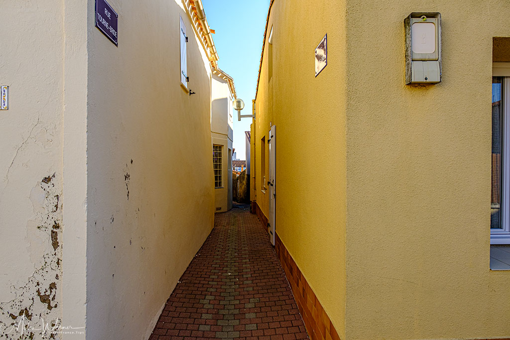 Very, very, very narrow streets at Les Sables-d'Olonne