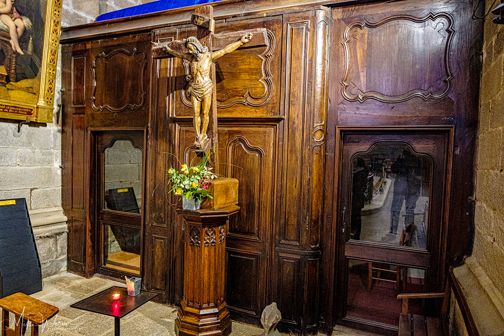 Statue at a confession booth in the Saint-Pierre Cathedral in Vannes