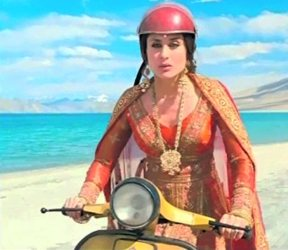 kareena-scooter