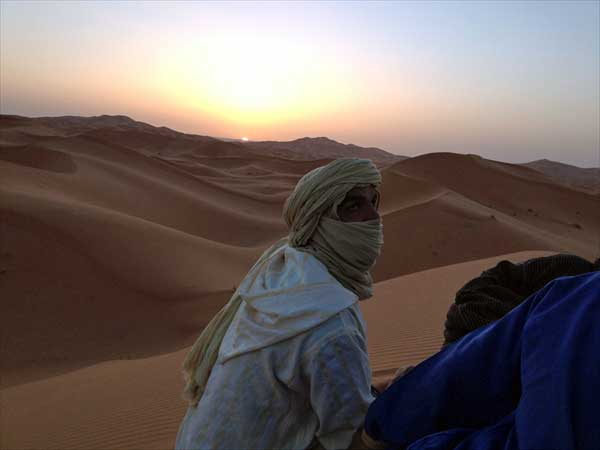 モロッコのエルフード近郊のメルズーガ砂丘にて(サハラ砂漠)