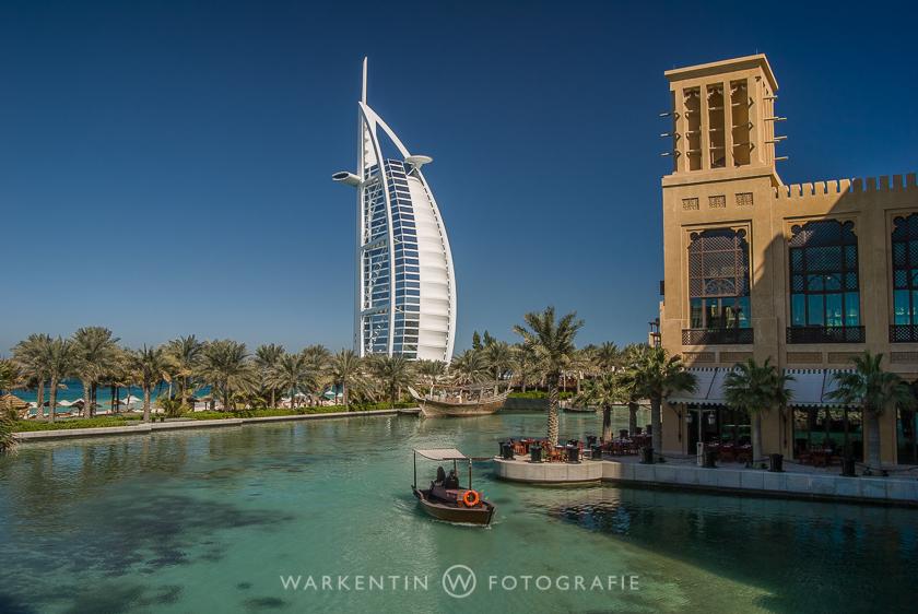 """Die Hotels """"Burj al Arab"""" und """"Mina A Salam"""" am Jumeirah Beach in Dubai."""