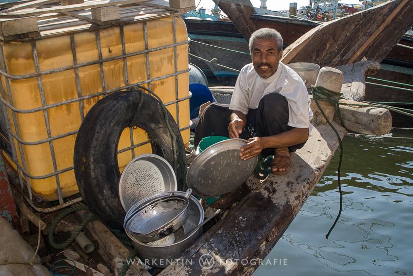 Küchendienst auf einer Dhau, einem traditionellen Holzschiff, das am Dubai Creek fest gemacht hat.