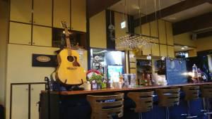 富良野ハンバーグレストランテューバーズの内観でギターが飾ってあります