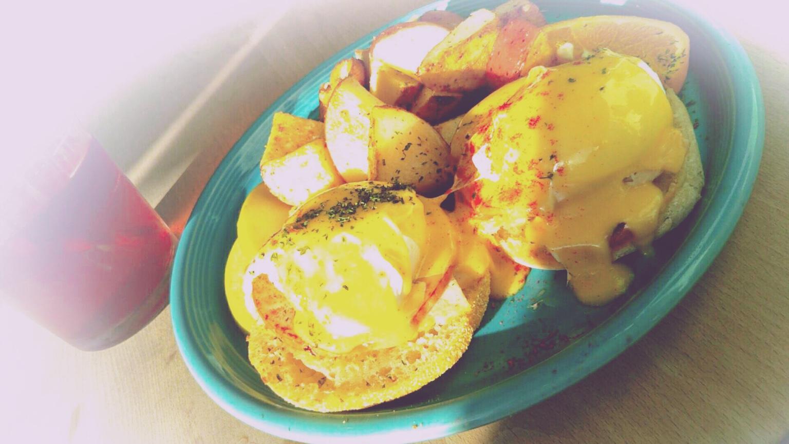 カフェカイラの朝食!「フルーツ全部のせパンケーキ」と「エッグベネディクト」