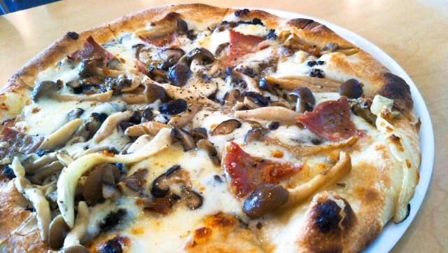 きのことイタリアハムのピザ