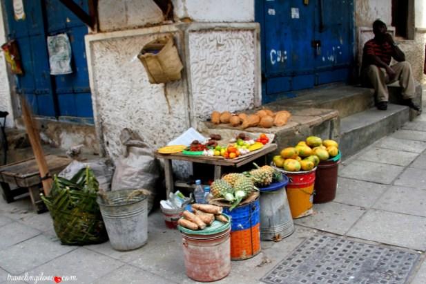 Uliczny straganik z pysznymi owocami i warzywami