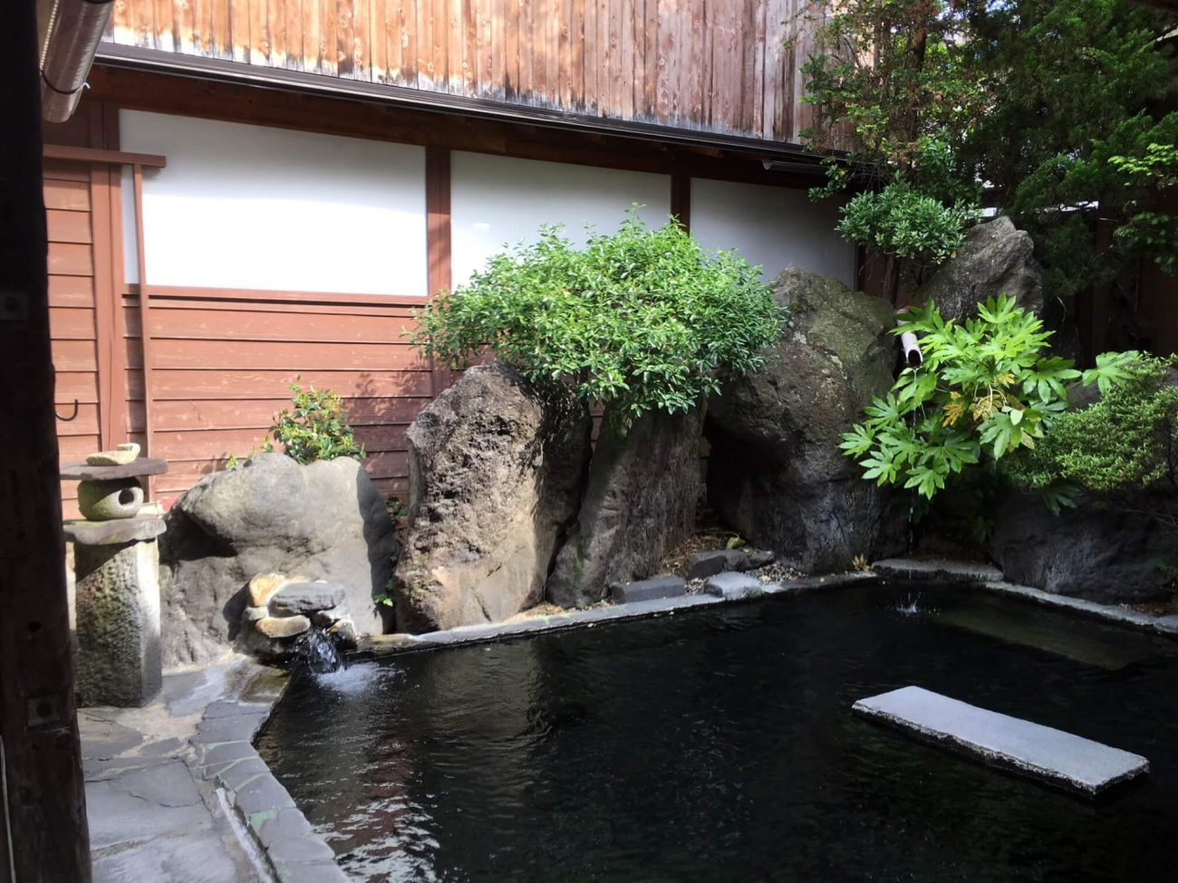 how to visit a Japanese ryokan onsen hot spring tub