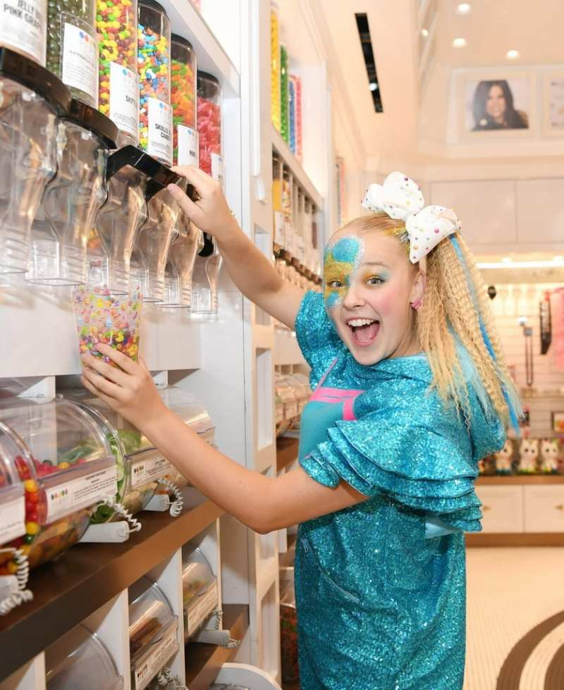 JoJo Siwa stops in the candy store to kick off the night in a sweet way.