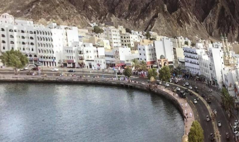 अोमान की खाड़ी का शानदार नज़ारा। यह जगह मस्कट शहर है।