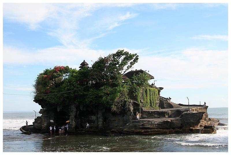 معبد الصخرة في البحر في بالي اندونيسيا