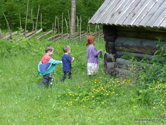 تالين مع الاطفال