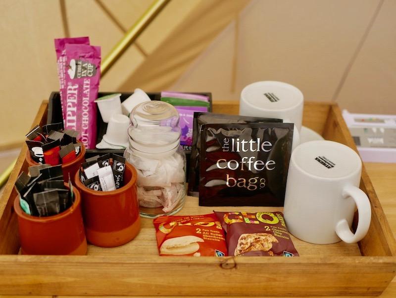 خدمات الشاي والقهوة داخل الخيمة