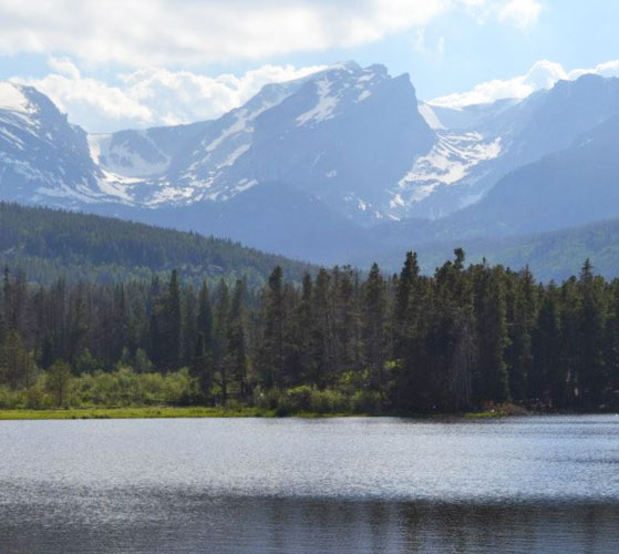 View of the Sprague Lake and a mountain on the background