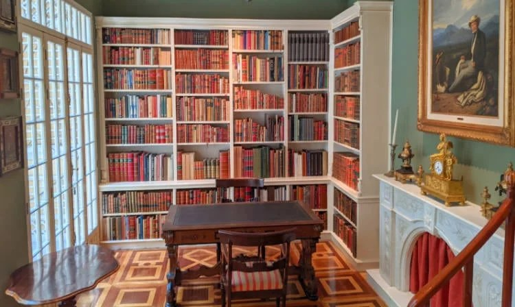 Books and a desk at the Museo Sumaya-Casa Guillermo Tovar de Teresa