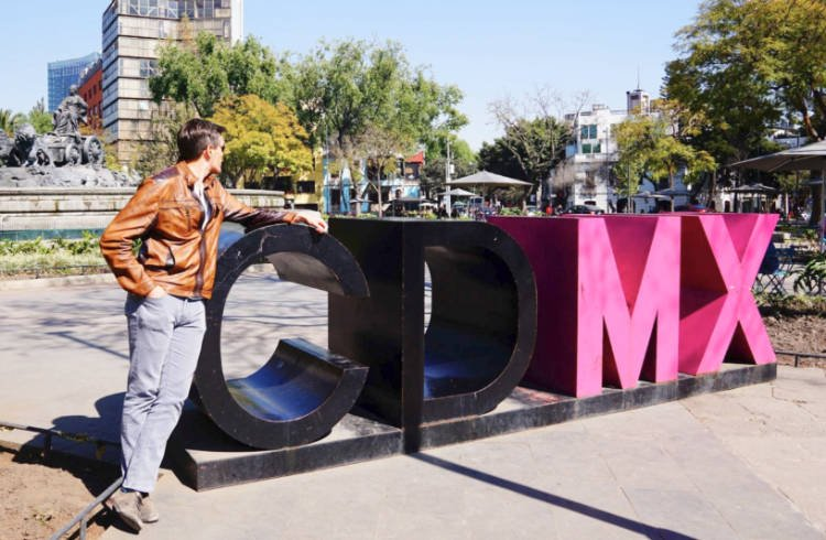 The author standing against a CDMX sign