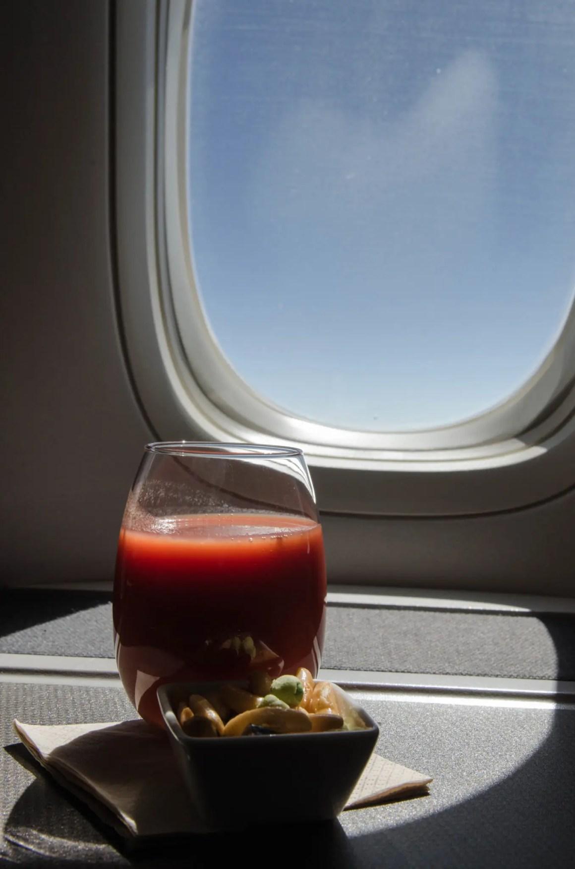 Zelfs na het eten in de Cathay Pacific Business Class blijft de service geweldig.