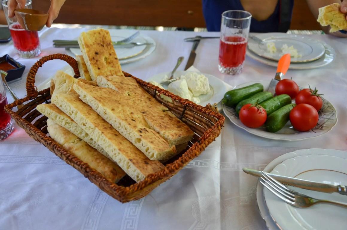 Elke maaltijd wordt geleverd met brood en verse groenten