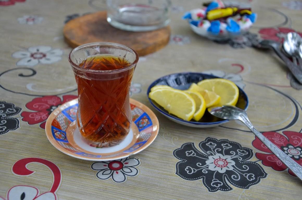 Zwarte thee maakt deel uit van het eten in Azerbeidzjan