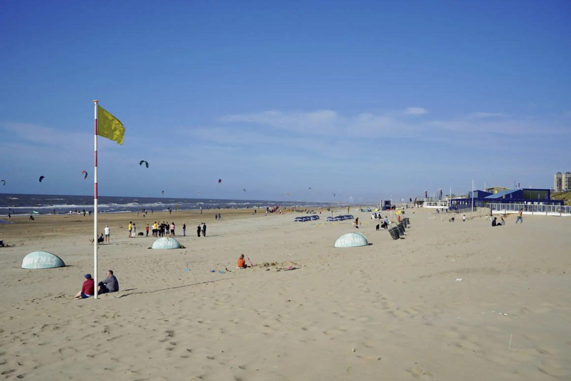 Het brede strand van Zaandvoot in Nederland