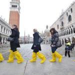 Туристы расхаживают по Венеции в полиэтиленовых бахилах