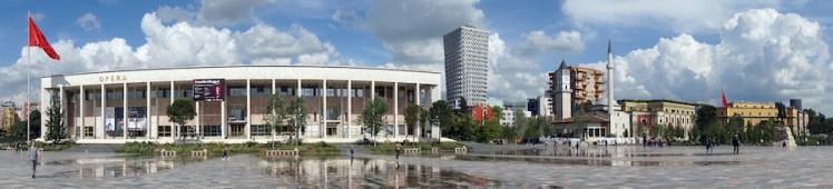 Opera gebouw, Albanese vlag, Skanderbeg plein, klokkentoren in Tirana.